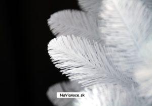 pekné biele vianočné stromčeky