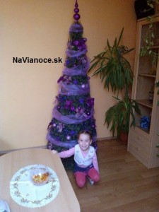 fialový umelý vianočný stromček na Vianoce