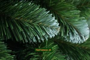 zasnežené vetvičky vianočného stromčeka