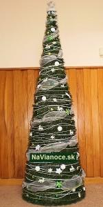 kužeľový biely vianočný stromček