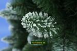 snehovo biely vianočný stromček