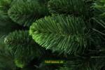 zelený vianočný stromček so šiškou na Vianoce