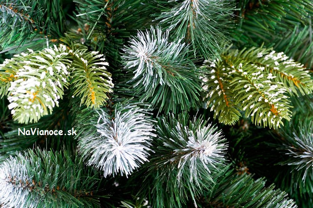 zasnežené vianočné stromčeky