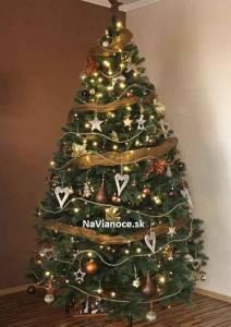 moderný ozdobený vianočný stromček