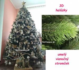 ozdobený hustý vianočný stromček